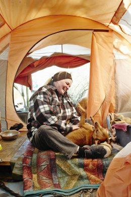 Ma-Ah-Tee Bestmann - hier in ihrem Zelt ...